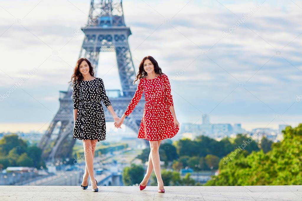 Dos Hermanas Gemelas Hermosas En París, Francia