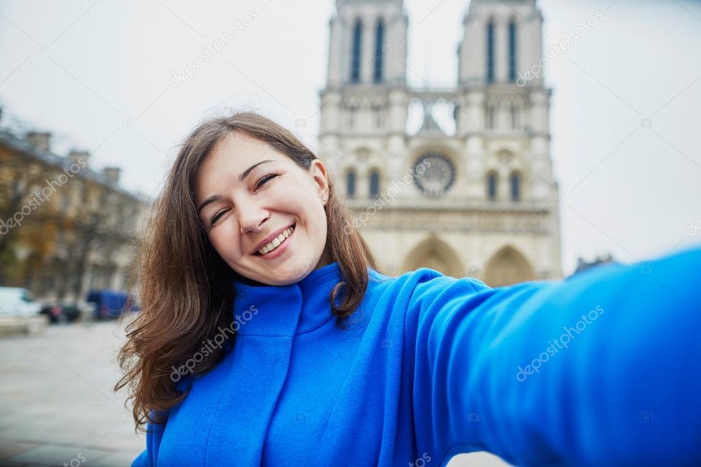Schone Tourist In Paris Auf Ein Herbsttag Machen Selfie Stockfoto