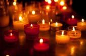 Církev svíčky v červené a žluté lustry