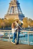 Mladý romantický pár v Paříži poblíž Eifellova věž