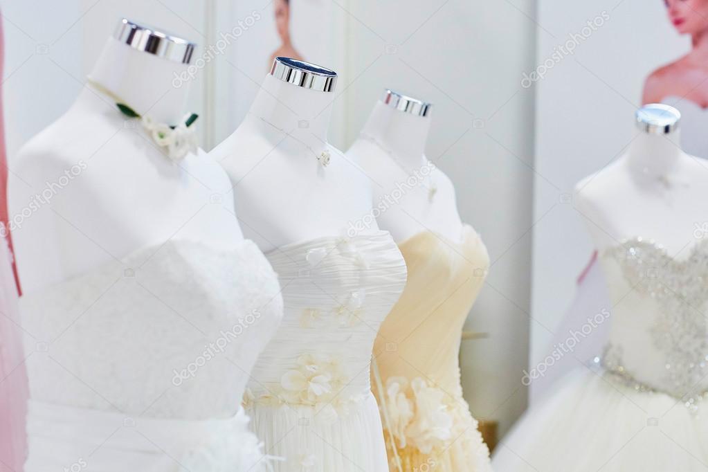 ed5f55610f Vestidos de boda hermosa en maniquíes — Fotos de Stock © encrier ...