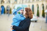 Fotografie junge Mutter hält ihr liebenswert kleinen Sohn