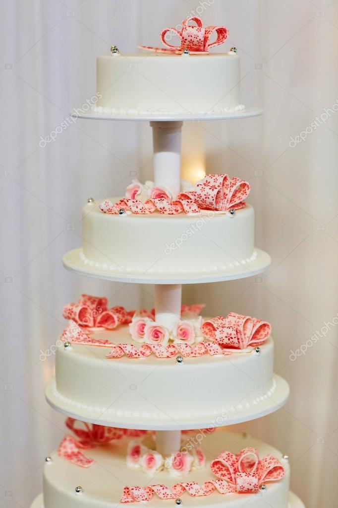 Weisse Hochzeitstorte Mit Rosa Rosen Dekoriert Stockfoto C Encrier