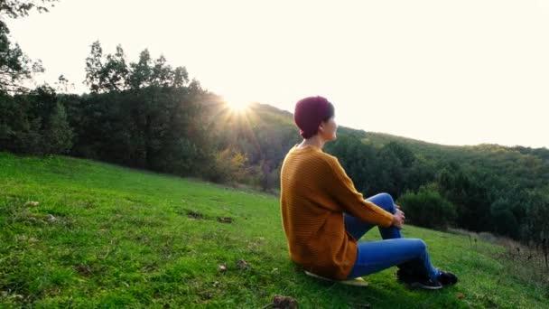 Asijky odpočívají o prázdninách. Zahraj si jógu. Na Green Hill. lotus pozice medicína jóga asana rovnováha kundalini energie každý den rutinní praxe dobré pro ženy zdraví všímavost