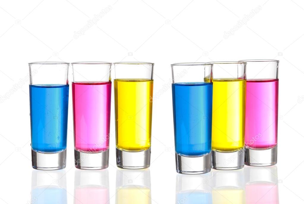 Aufnahmen - Schüsse drei bunte Getränke auf weißem Hintergrund mit r ...
