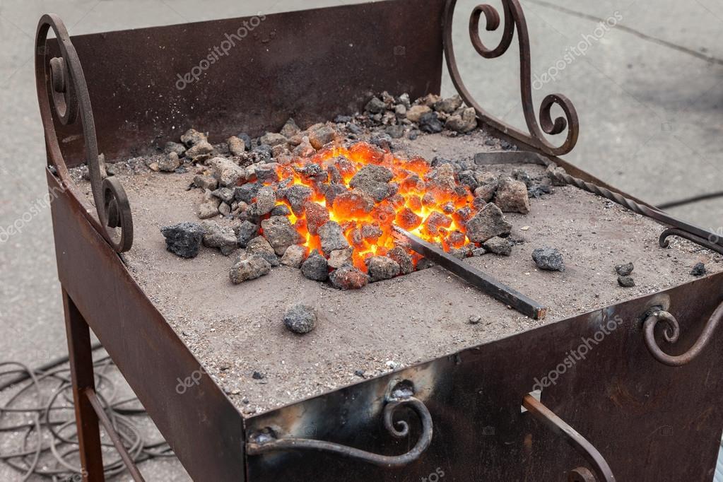 Smeden van brand in blacksmith s waar ijzeren gereedschap zijn