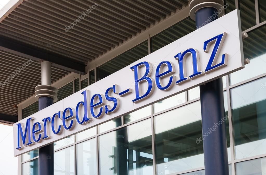 büro des offiziellen mercedes-benz-händler — redaktionelles