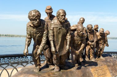 SAMARA, RUSSIA - SEPTEMBER 12, 2014: Bronze monument of a painti
