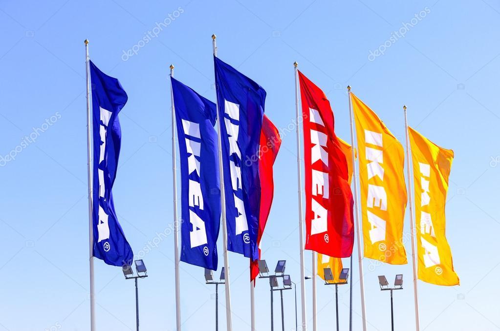 drapeaux d 39 ikea dans le ciel photo ditoriale blinow61 54749001. Black Bedroom Furniture Sets. Home Design Ideas