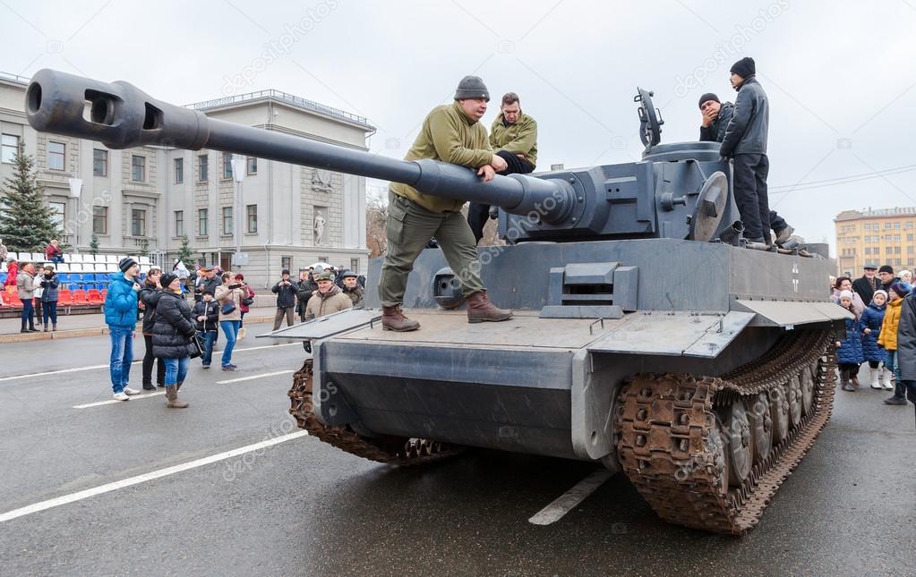 rekonstruierte jahrgang deutschen tiger panzer auf dem kuibyshevs platz redaktionelles. Black Bedroom Furniture Sets. Home Design Ideas