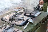 Kochen auf einem militärischen Feldküche unter Feldbedingungen