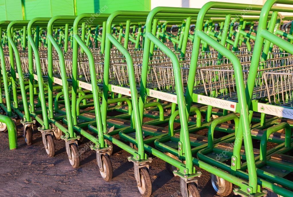 Stor tomt gröna kundvagn leroy merlin lagra u2013 redaktionell stockfoto
