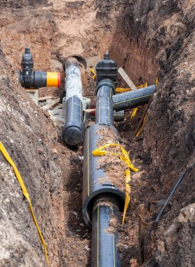 Laying underground pipeline