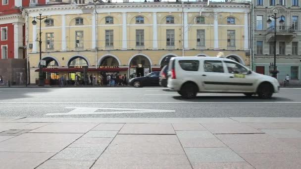 Közúti közlekedés mozog Nevsky Prospect, St. Petersburg, Oroszország