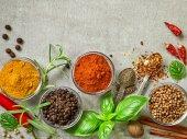 különböző fűszerek és fűszernövények