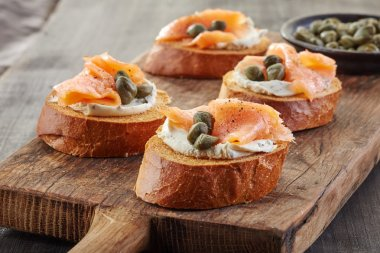 toasted bread with smoked salmon