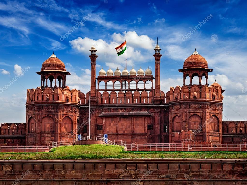 インドの旗とレッド フォート ラ...