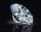 Diamant na černém pozadí reflexní
