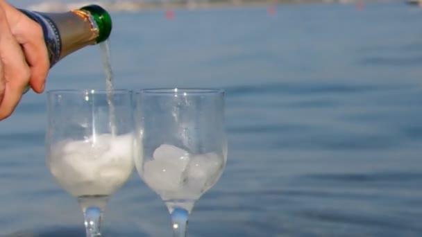 Egy pohár fehérbor.