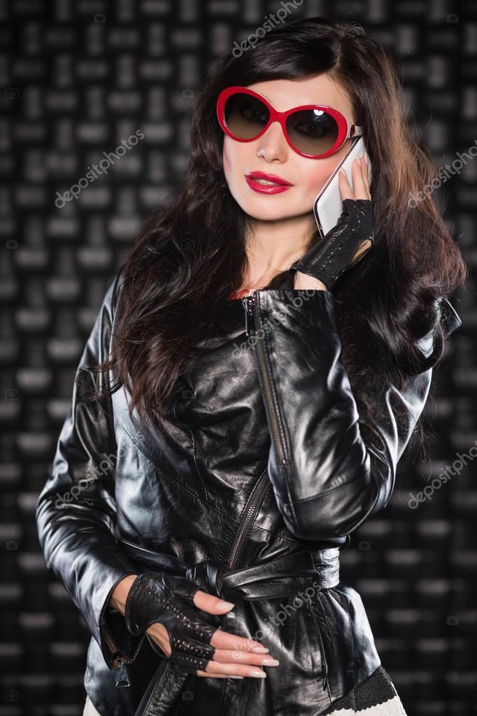 ef671028a38b Ελκυστική γυναίκα στο μαύρο δερμάτινο μπουφάν — Φωτογραφία Αρχείου ...