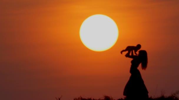 mamince i malá dcera hrát při západu slunce