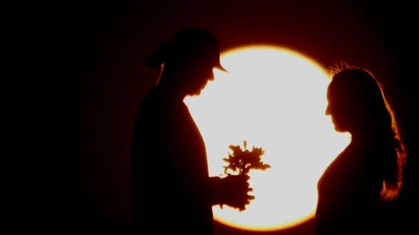 A sziluettje a naplementét. pár
