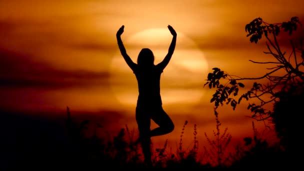 jóga a naplementekor nő