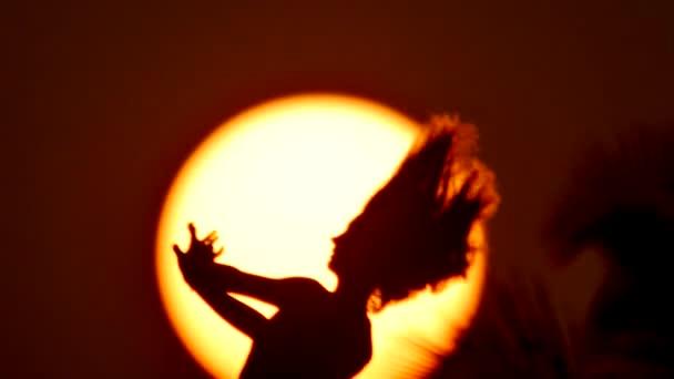 šťastné svobodná žena se těší v moře slunce. Rozeznáváme západ slunce, východ slunce na dlani