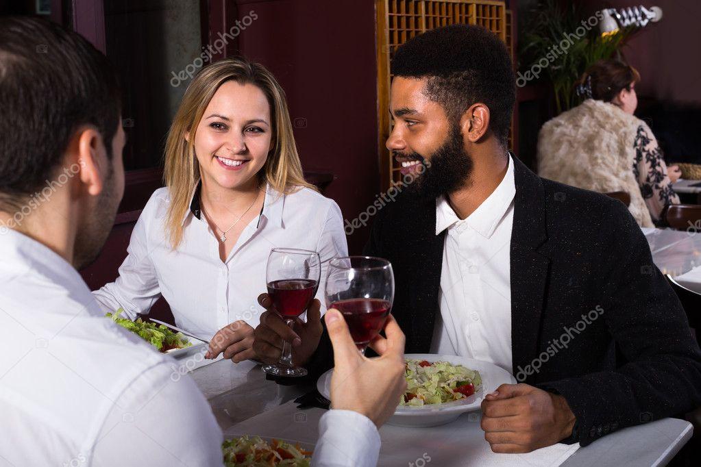 Freunde Mit Smartphone Essend Am Restaurant Stockfoto