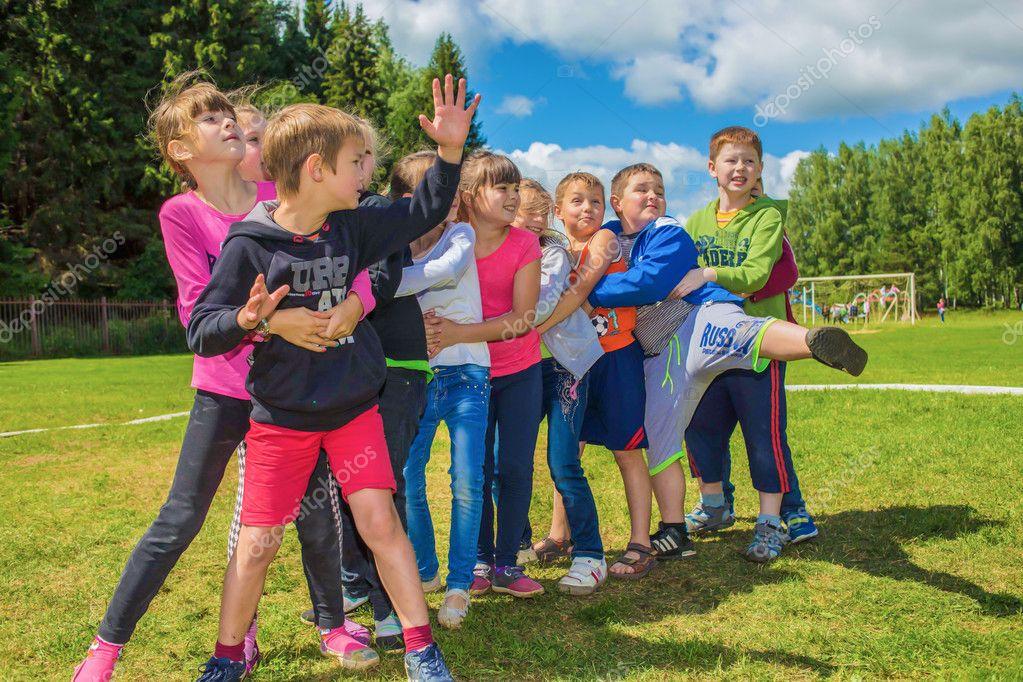 Juegos Al Aire Libre En El Campo Foto Editorial De Stock C Vikulin