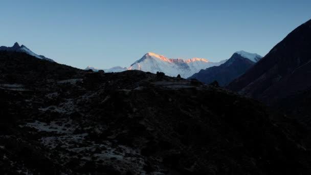 timelapse svítání v horách Čo Oju, Himálaj, Nepál. plné hd