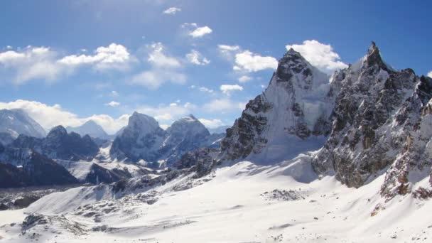 pohyb mraků na horách everest, renjo pass. Himálaj, Nepál. plné hd