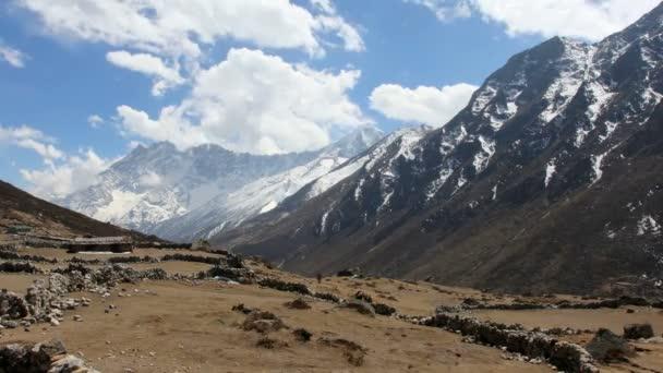 pohyb mraků na horách kongde ri, Himálaj, Nepál. plné hd