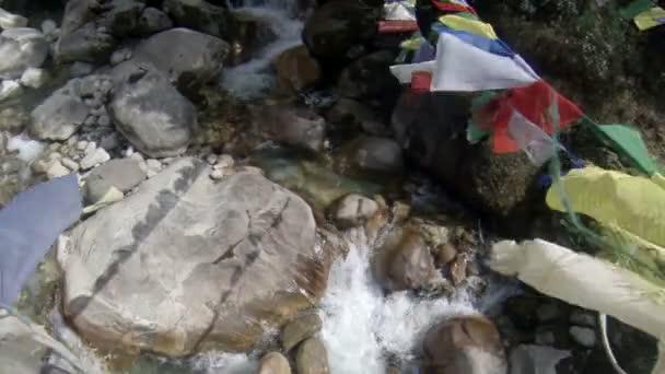 horská řeka. tání ledovce ngozumpa, Himálaj, Nepál. plné hd