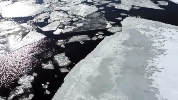 Prolomení ledu na břehu řeky Něvy v Petrohradě. Full Hd