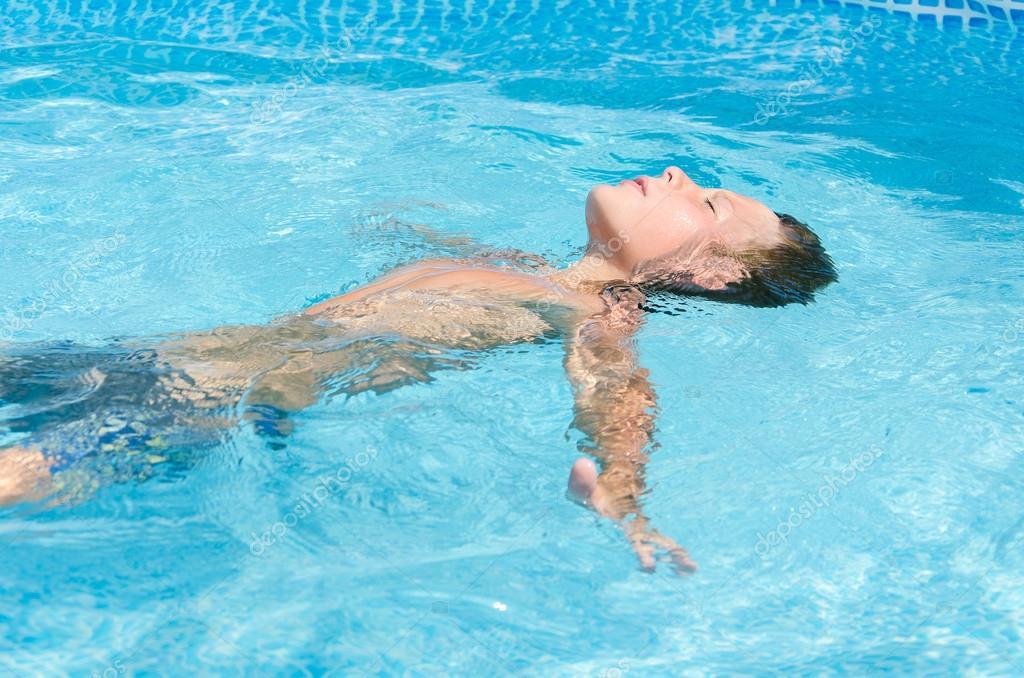Teen im Schwimmbad — Stockfoto © raikhel #117053420