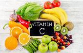 Potraviny vysoko v vitamínu C na dřevěné desce