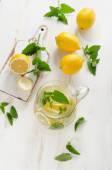 Acqua con limone fresco e menta