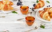 Čerstvé croissanty a šálků čaje