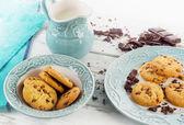 Fotografie Čokoláda čip cookies s mlékem v džbánu