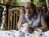donna di mangiare il gelato