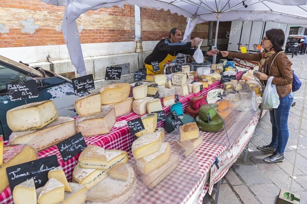 Fran ais fromage vente stand sur le march du dimanche for Stand en francais