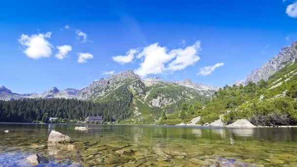 Malebný pohled na jezero Popradské pleso ve Vysokých Tatrách