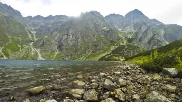 Malebný pohled na Černé jezero pod Mount Rysy (polsky: Czarny Staw pod Rysami) v Tatrách, Polsko