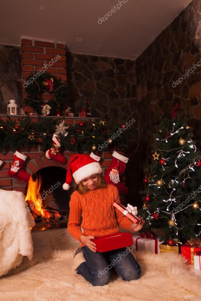 Teenager-Mädchen mit Geschenk — Stockfoto © oksixx #58807407