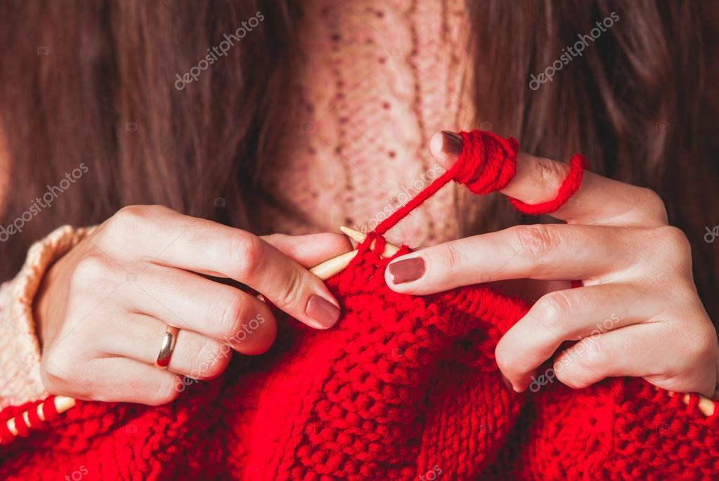 f23bc96a60f4 Χέρια Γυναικεία πλεκτά πουλόβερ — Φωτογραφία Αρχείου © oksixx  88336516