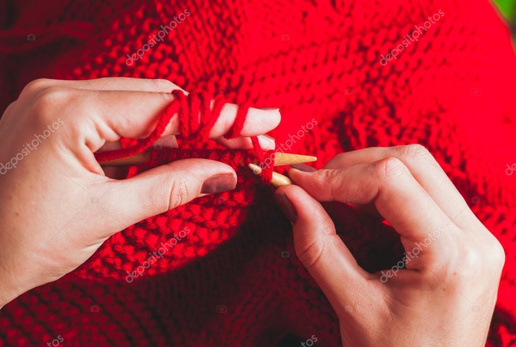 0c2fccfb68a3 Χέρια Γυναικεία πλεκτά πουλόβερ — Φωτογραφία Αρχείου © oksixx  88336568
