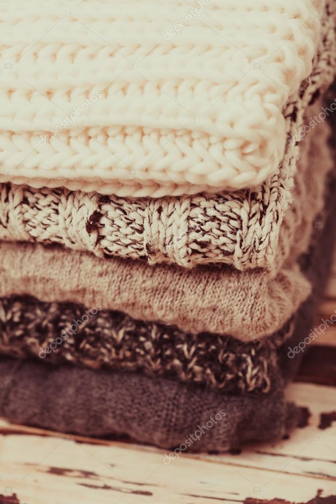 c8c5204a86aa Συλλογή από μάλλινα ρούχα — Φωτογραφία Αρχείου · Στοίβα θερμό πλεκτά  πουλόβερ σε λευκό και γκρι αποχρώσεις — Εικόνα από ...