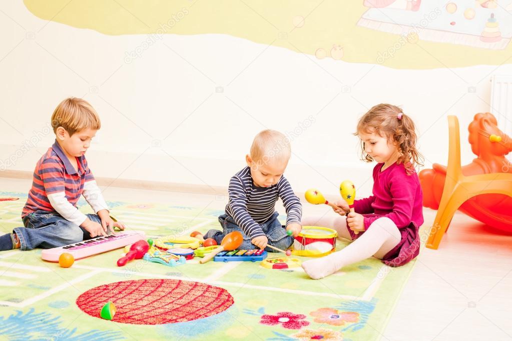 Трое детей, играя с игрушками — Стоковое фото © oksixx ... Трое Детей