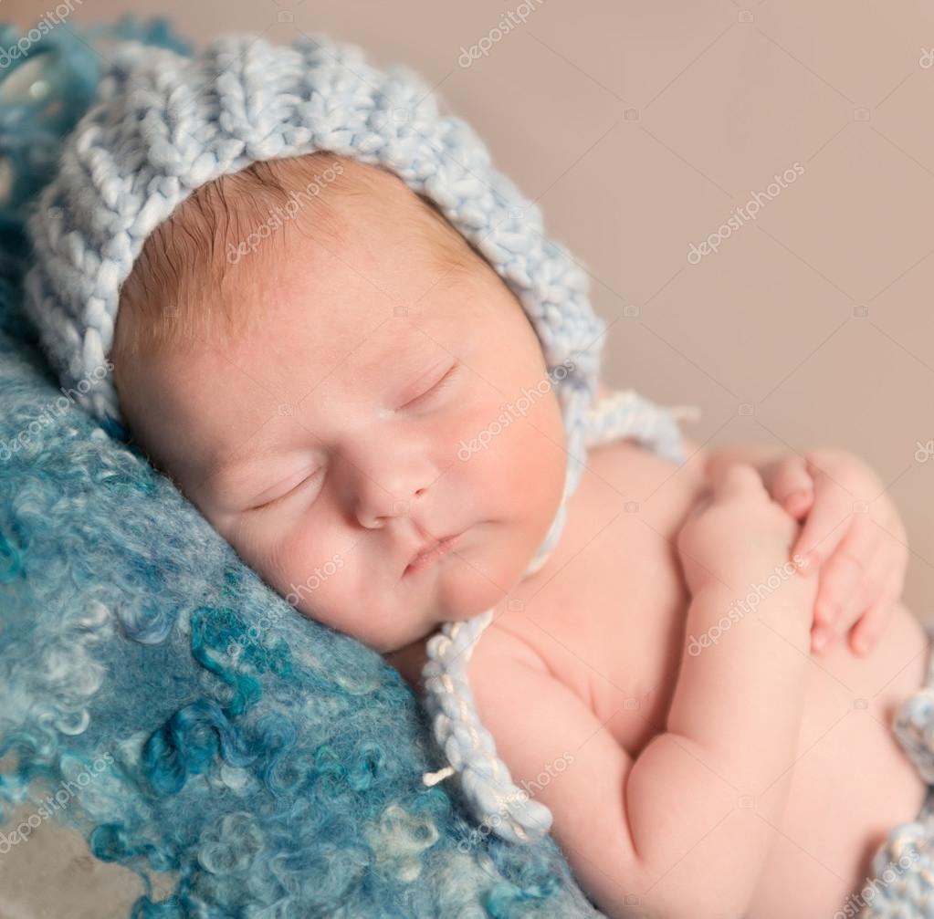 nouveau n doux au chapeau dormant sur couverture de laine photographie tan4ikk 107372680. Black Bedroom Furniture Sets. Home Design Ideas